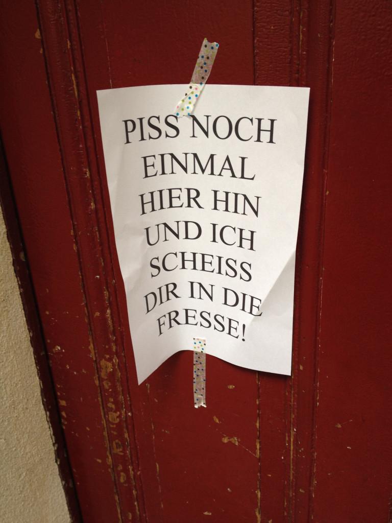 Boeckhstr 11_Xberg_darunter Urinlache_Hintertuer vom Wohnhaus_Thorben-b