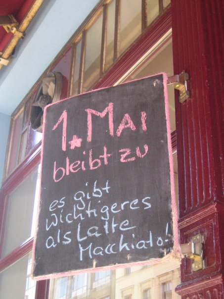 AA FUER 1. MAI_Xberg_Tafel-Message_1. Mai 2011_domi und giulia