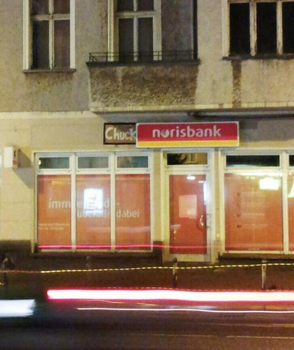 AA Warschauer Str_Chuck-Norisbank_Henry_Kommentar Knallharte Zinsen garantiert