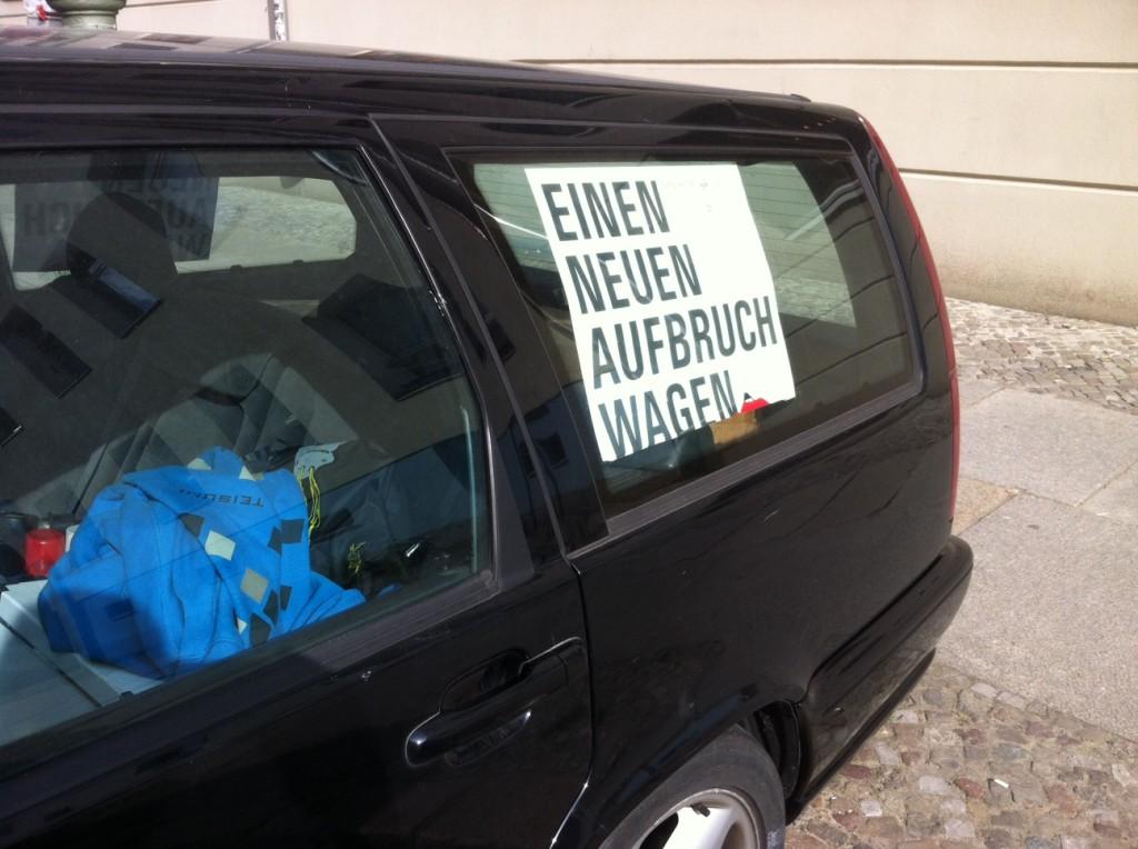 Rheinsberger Str_Mitte_Nadine Kommentar ein (gut-)glaeubiger Autobesitzer, der das Motto des Katholikentages 2012 in sein Auto haengt