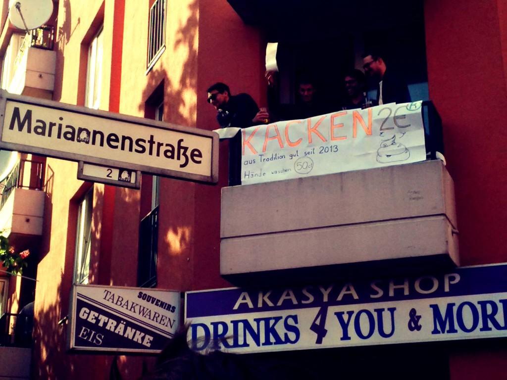 1 Mai Berlin Kreuzberg Kacken Pissen WC