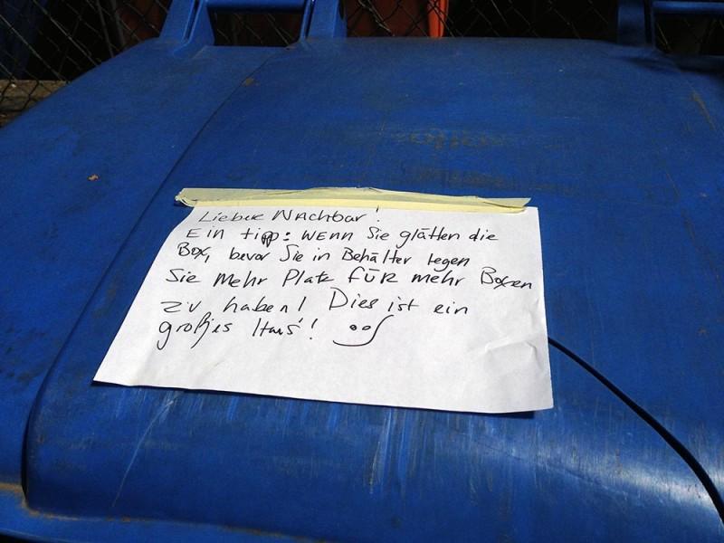 Blaue Papiertonne Mülltrennung Nachbarn