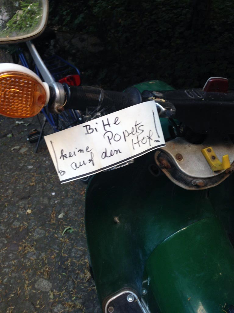 Mopeds abstellen im Hof