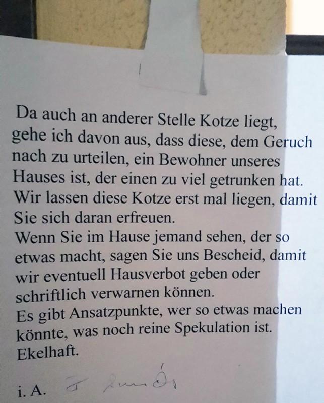 Kotze im Hausflur Berlin