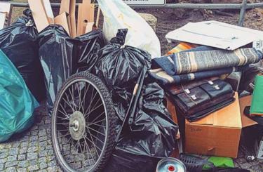 Müll Schrott auf der Straße Berlin