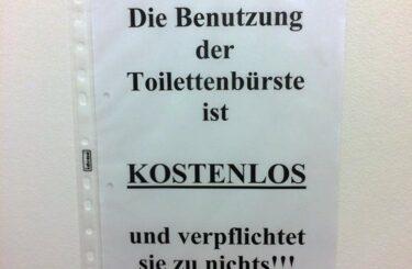 Benutzung der Toilettenbürste Bitte Toiletten sauber halten Dreckige Toiletten in Berlin