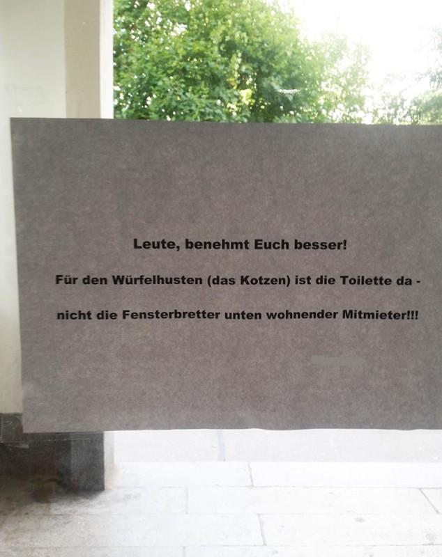 Kotze im Hausflur Gestörte Nachbarn Treppenhaus stinkt Würfelhusten