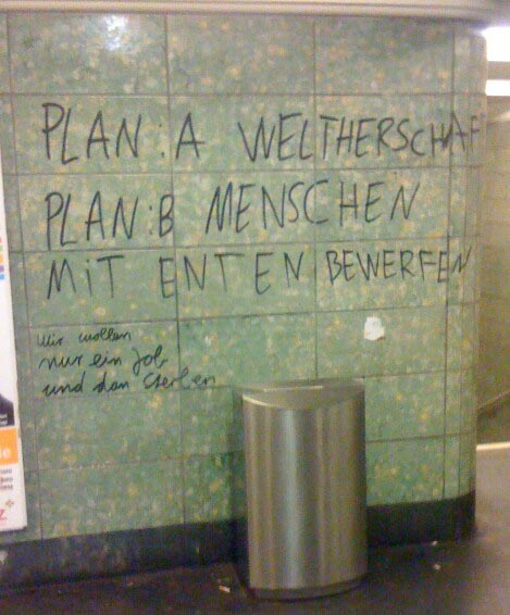 Lustiges Graffiti in Berlin U-Bahn U-Bahnhof