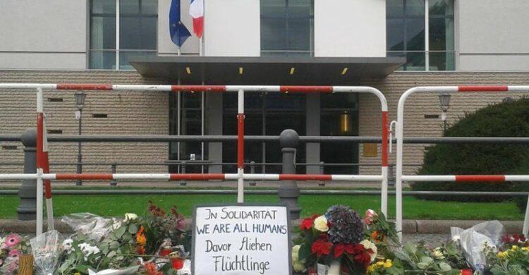 Gedenken der Opfer von den Terroranschlaegen in Paris vom 13.11.2015 am Brandenburger Tor