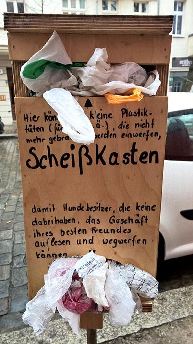 Hundekacke in Berlin auf der Straße