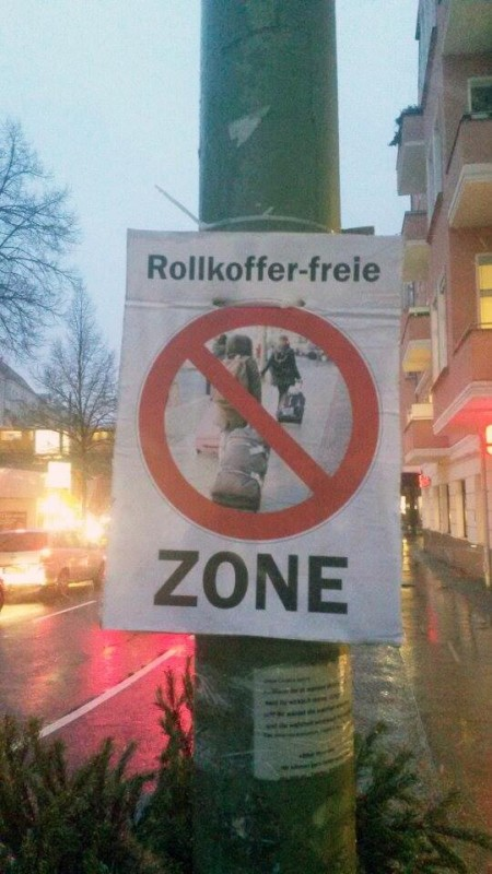 Rollkoffer Touristen im Kiez Berlin