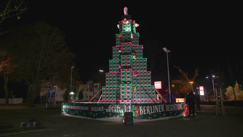 der berliner pilsener weihnachtsbaum aus 1040 bierk sten. Black Bedroom Furniture Sets. Home Design Ideas